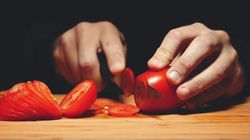 토마토를 써는 장면을 거꾸로