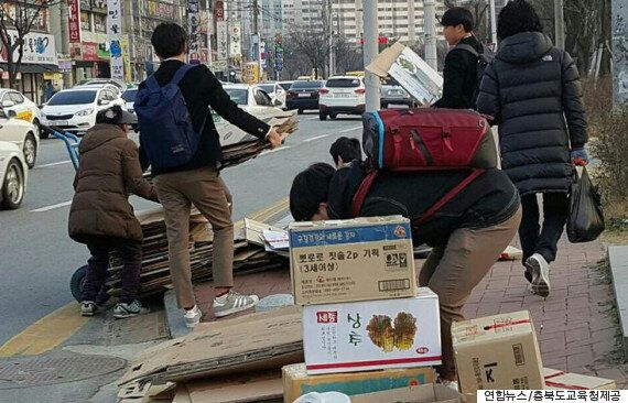 할머니의 폐지 상자들이 거리에 쏟아졌다. 길을 가던 학생들이