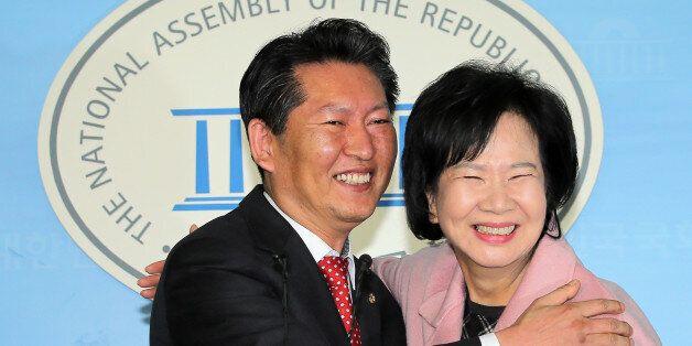 더불어민주당 정청래 의원 지역구인 서울 마포을에 전략공천된 손혜원 홍보위원장이 18일 오후 국회 정론관에서 출마 기자회견을 가진 뒤 정 의원과 포옹하고