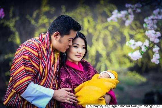 부탄 사람들이 왕자의 탄생을 축하하는
