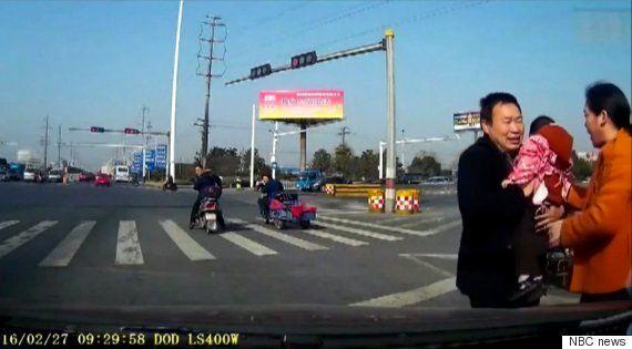 자동차로 가득한 도로 한복판에 아이가