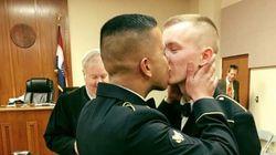 게이 군인 커플이 전세계에 퍼진 아름다운 키스 장면에 대해