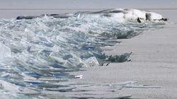 얼어붙은 호수가 녹아 흐르는 풍경은