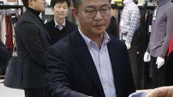 홍용표 장관, 개성공단 입주 기업의 의류 두점