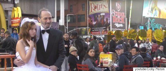 뉴욕 타임스퀘어에서 웨딩 사진을 찍고 있는 신랑의 나이는 65살, 신부의 나이는