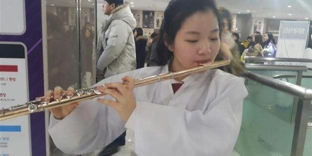 이 소녀가 '귀향' 영화관 앞에서 플루트를 연주한 이유(사진,