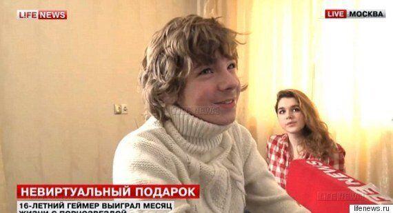 경품에 당첨돼 포르노 배우와 한 달을 살게 된 16살 러시아