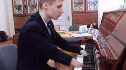 손가락이 없는 러시아 소년의 놀라운 피아노