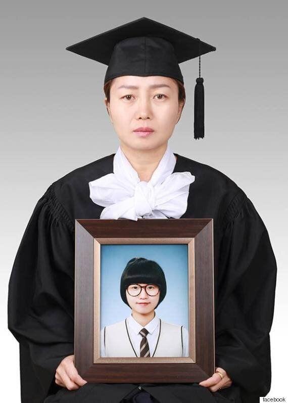 이 엄마가 죽은 딸 사진을 들고 졸업 사진을 찍은