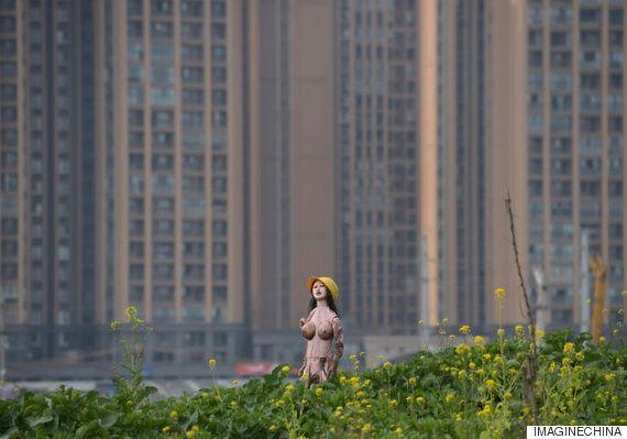 '허수아비'가 된 '섹스돌'(사진