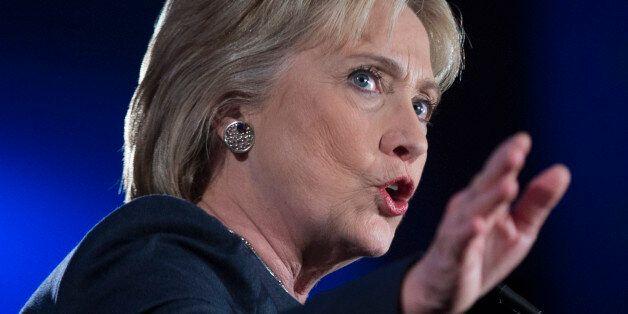 힐러리 클린턴은 버니 샌더스를 지지하는 젊은이들의 적이