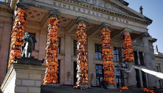 베를린에 난민들의 구명조끼 기둥이 생겼다(사진,