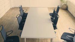 이 사무실의 의자들은 알아서 책상 아래로