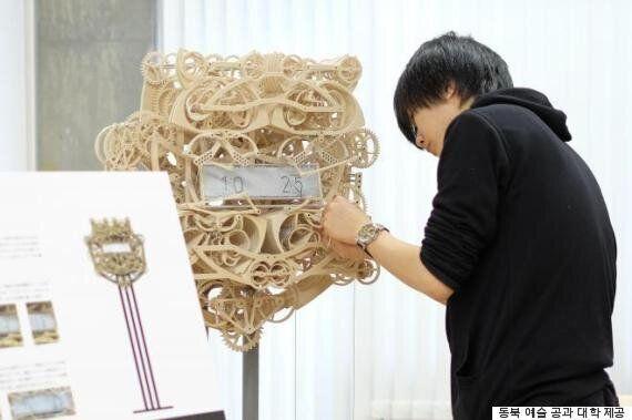 어느 일본 대학생이 만든 놀라운 시계 : 알아서 시간을 쓰고 지우고 다시