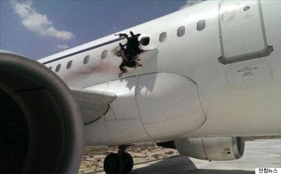 소말리아 여객기에 폭발로 구멍이 뚫리면서 승객이