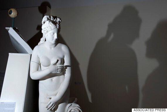 이탈리아가 이란 대통령 방문을 위해 박물관의 누드 조각상을 가렸다. 이탈리아는 분노하고