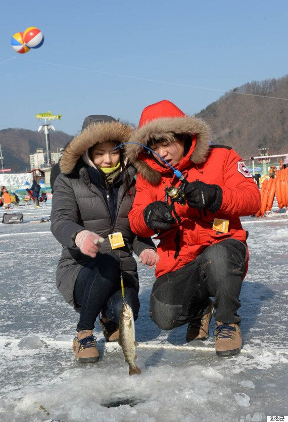 '산천어축제'로 신혼여행을 온 신혼부부(사진