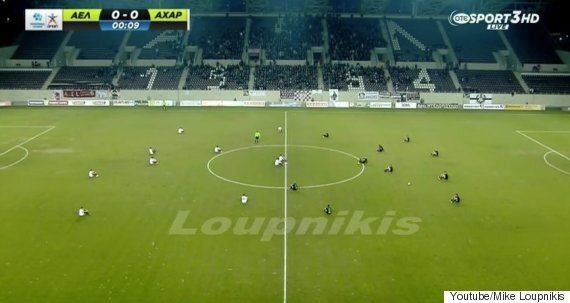 그리스 프로축구 선수들이 경기 시작후 다같이 주저 앉았다. 이유는