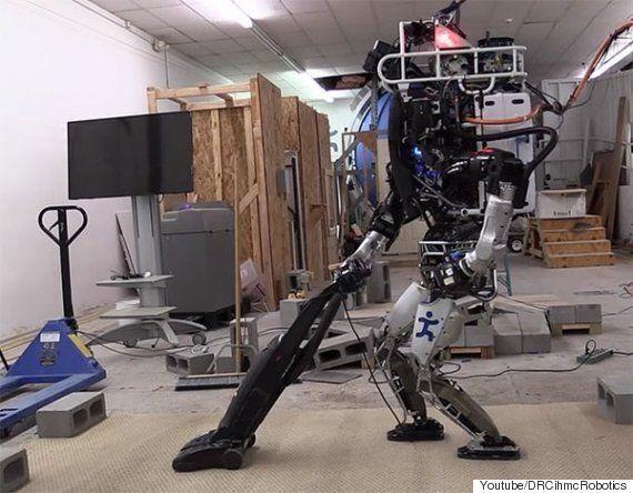 구글 자회사가 공개한 두 발로 걸어다니는 '로봇청소기'