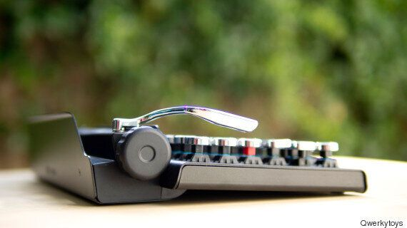 절찬리에 판매중인 타자기 닮은 블루투스 기계식