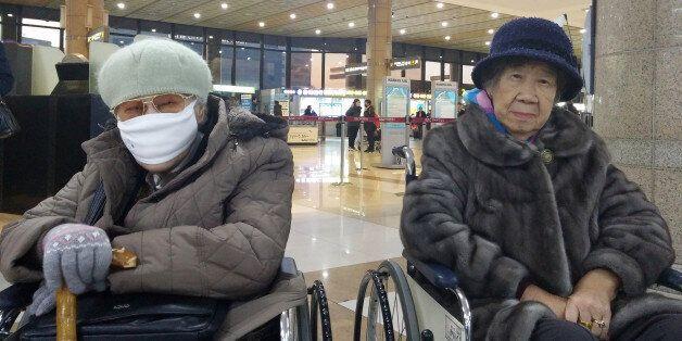 위안부 2명의 할머니가 일본으로 출국하는