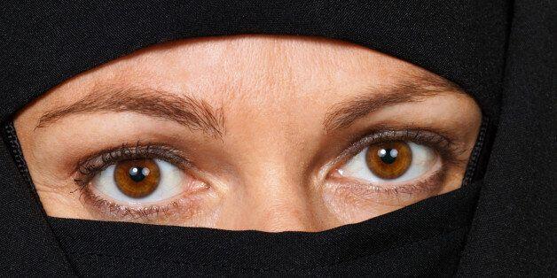 영국, 무슬림 복장 '부르카' 착용 학교에서