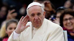 프란치스코 교황이 첫 책에서 동성애자를