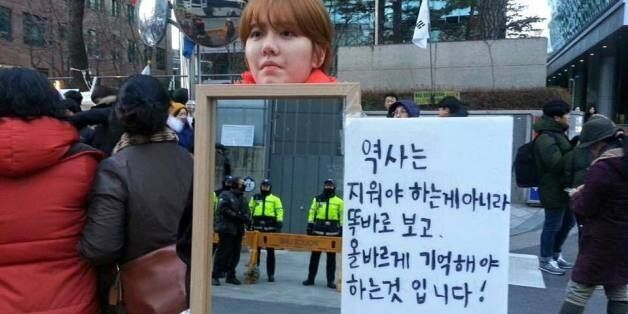일본 대사관 앞서 1인 시위를 하던 홍가혜 씨가 폭행을