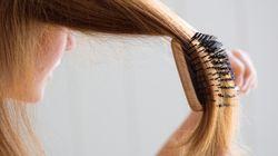 고무줄로 바닥에 붙은 머리카락 청소하는