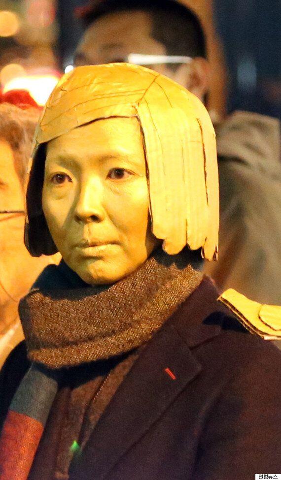일본 외무성 앞에 등장한 시위대의 소녀상