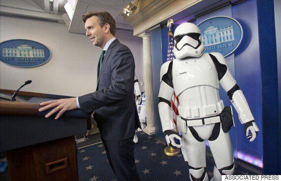 오바마가 스타워즈를 보러 간 사이 스톰트루퍼들과 R2-D2는 백악관에 갔다(영상,