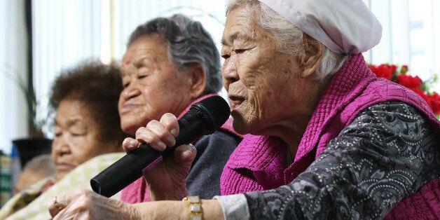 일본군 위안부 문제의 해결을 위한 한일 외교장관회담이 열린 28일 오후 경기도 광주시 일본군 위안부 피해자 쉼터 나눔의 집에서 이옥선 할머니가 기자의 질문에 답하고
