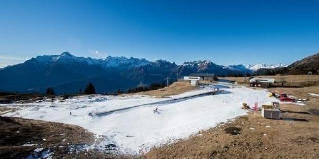 스위스 로카르노 인근 레벤티나 계곡에 있는 소규모 스키리조트 카리가 겨울시즌을 시작했지만 눈이 없어 26일 초보자들이 연습할 수 있는 곳에만 인공눈을 뿌리고 운영하고