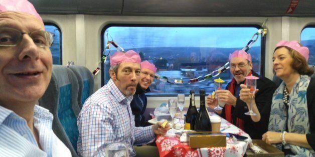 같은 통근열차를 타는 사람들이 크리스마스 파티를