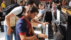 파리 기차역에서 처음 만난 두 사람이 피아노를