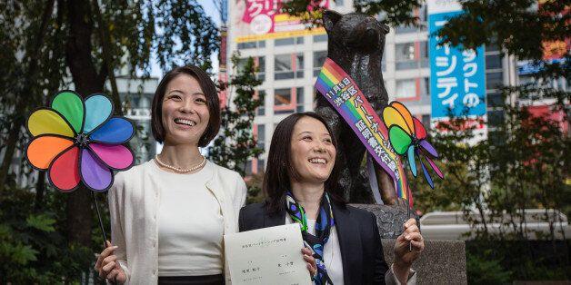 도쿄 시부야구에서 처음으로 동성 파트너 인증서를 발급받은 히가시 고유키(왼쪽)와 마스하라 히로코(오른쪽)
