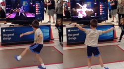 가전제품 매장 게임기와 춤 대결을 벌인
