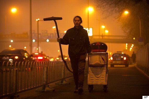 이 남자가 청소기를 들고 베이징을 누빈