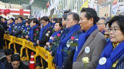 꽃을 들고 '인간띠' 만든 새정치민주연합 의원들(사진,