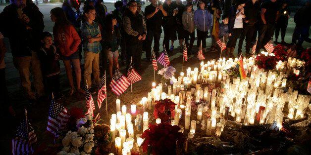 미국 캘리포니아 샌버나디노에서 사람들이 총격 희생자들을 위해 기도하고 있다 2015. 12.