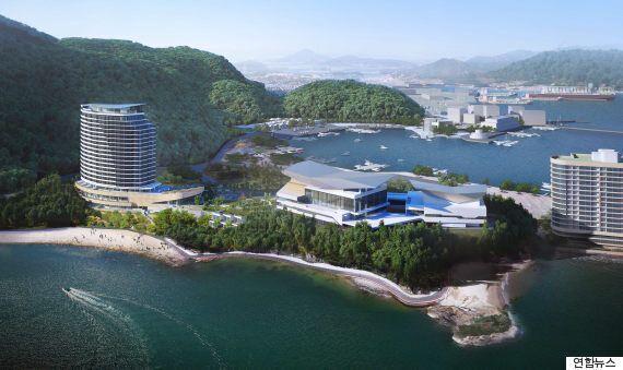 김동진 경남 통영시장이 호텔건립을 반대하는 시위대를 향해 한