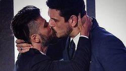 브라질의 두 스타 남자 배우가 키스한