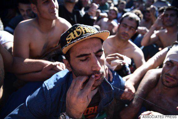 국경이 통제되자 난민들이 자신의 입술을