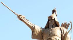 이순신 동상이 처음으로 칼 대신 활을