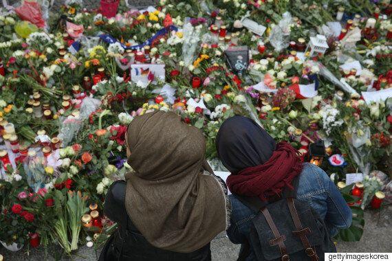 프랑스의 무슬림 부모들이 아이들에게 덜 무슬림 같아 보이는 옷을 입히고