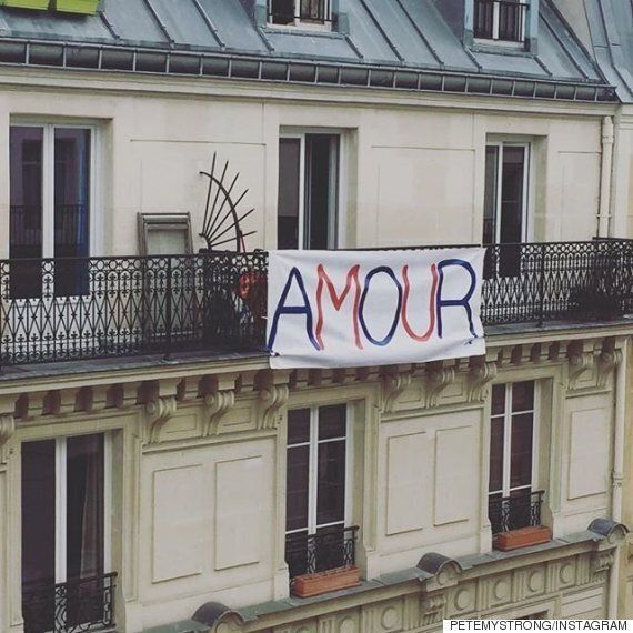 테러 이후 하루가 지난 비통한 파리 시내의