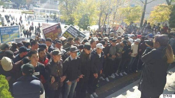 여성대회에 참석하는 박 대통령을 이대생들이 막아섰다(사진,