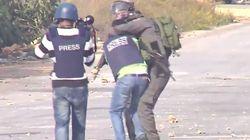 요르단 강 서안지구에서는 경찰이 기자의 목을 조르고 무자비하게