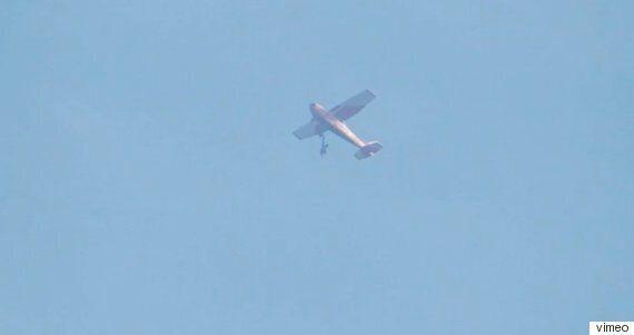 스카이다이버의 점프슈트가 비행기에