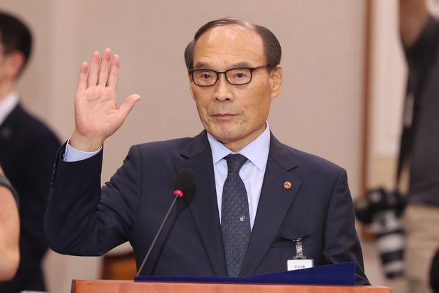 김형갑 웅동학원 이사가 6일 서울 여의도 국회에서 열린 조국 법무부장관 인사청문회에 증인으로 출석해 선서를 하고